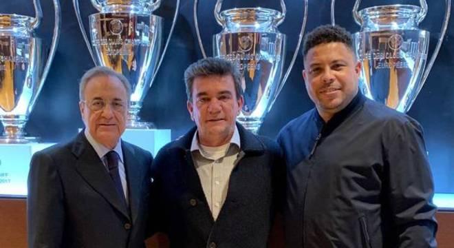 Andrés fez questão de divulgar a foto com Ronaldo e com o presidente do Real Madrid