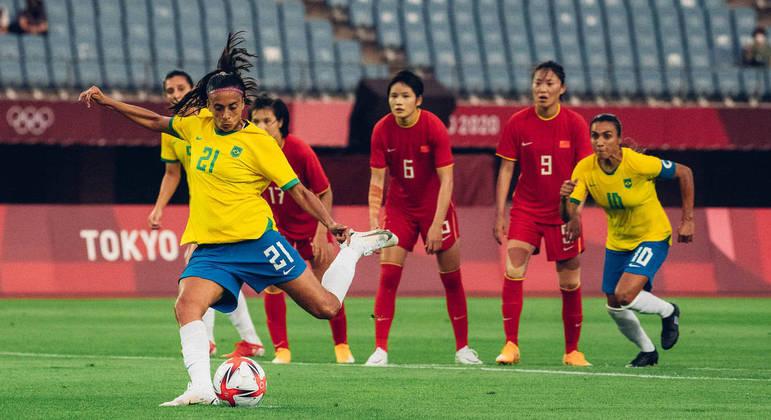 Andressa Alves cobra pênalti para o Brasil contra a China observada por Marta