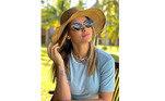 Mas se você prefere arriscar um modelo mais seguro, um chapéu de praia de aba média continua protegendo do sol. Sem falar do toque de elegância na combinação com o óculos de sol