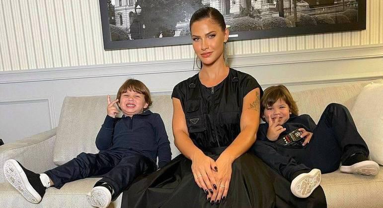 Cantor, a modelo e os filhos estão em Angra dos Reis, no Rio de Janeiro