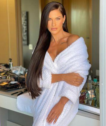 Dias atrás, uma foto no banheiro vestida com um roupão branco também foi o suficiente para que a ex-mulher de Gusttavo Lima alcançasse mais de 1 milhão de likes em uma publicação