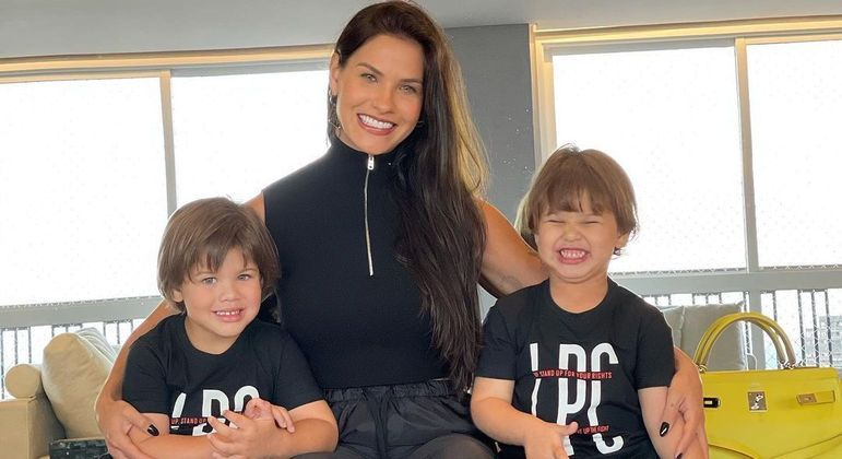 Andressa Suita ao lado dos filhos Gabriel (à esquerda) e Samuel (à direita)