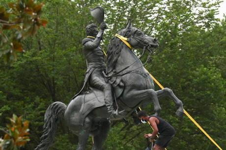 Manifestantes tentaram derrubar estátua na Casa Branca