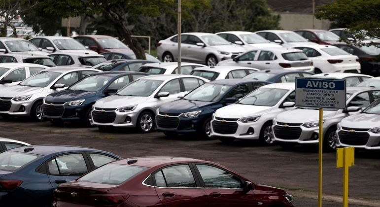 Veículos em pátio na fábrica da General Motors em São José dos Campos (SP)