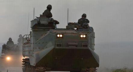 Carros Lagarta Anfíbio realizando manobras durante treinamento