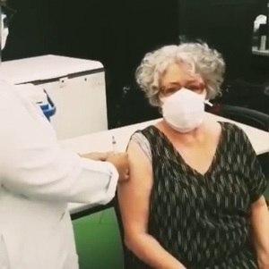 Angela tomou a 1ª dose da CoronaVac