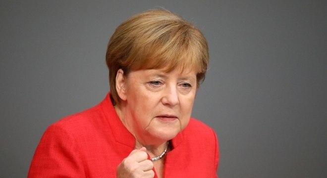 A chanceler alemã, Angela Merkel, tremeu intensamente debaixo de sol de 36ºC