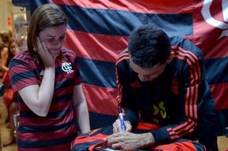 Ídolo foi recebido com festa em loja do Flamengo