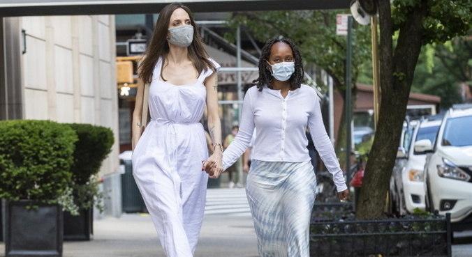 Angelina Jolie caminhando com a filha Zahara, de 16 anos