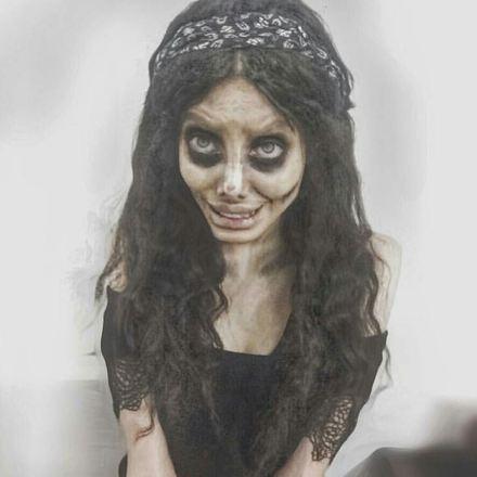 A Instagramer Sahar Tabar, 22, mais conhecida por sua bizarra transformação em 'Angelina Jolie zumbi', foi presa nesse domingo (7), após ser julgada por 'crime cultural e corrupção moral' no tribunal de Teerã, no Irã*Estagiário doR7, com supervisão de Filipe Siqueira