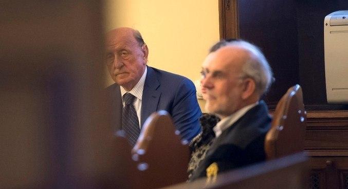 Angelo Caloia (e) durante seu julgamento no Vaticano