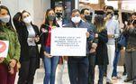 Fiéis se reuniram com cartazes e faixas para demostrar todo o apoio aos missionários brasileiros