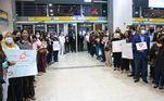 Um grande grupo de fiéis da Igreja Universal foi ao Aeroporto de Guarulhos, em São Paulo, para receber e apoiar os pastores que foram expulsos de Angola. Eles chegaram ao Brasil na noite desta sexta-feira (14)