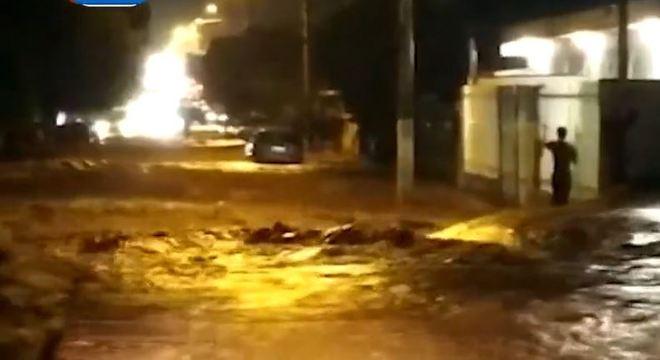 Chuvas provocam interdição na Anhanguera e deixa cem famílias desalojadas