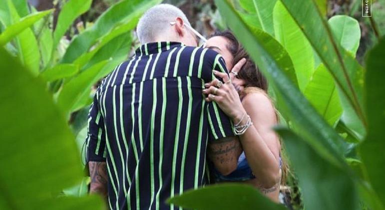 Influenciador troca beijos com Anitta durante as gravações de reality show em ilha