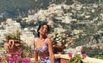 Quando usou este conjuntinho da grife italiana, ela combinou o look com as flores da paisagem