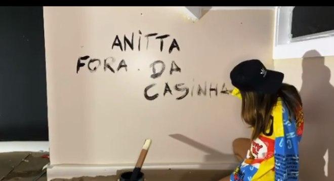Anitta agita fãs com vídeo enigmático
