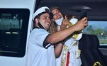 Simpática, Anitta tirou a máscara para fazer selfie com o motorista da van