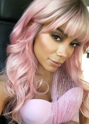 Anitta apareceu de cabelo rosa em premiação