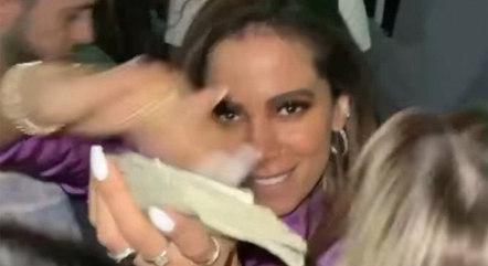 Cantora Anitta apareceu em vídeo exibindo dólares em boate de Miami