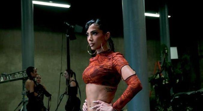 Anitta postou fotos dos bastidores de gravação de novo clipe