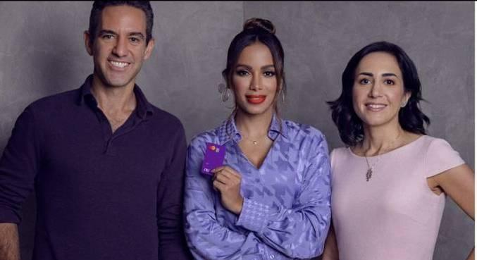 Anitta ao lado de David Vélez e Cristina Junqueira, do Nubank