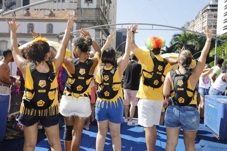 Grupo de surdos se divertiu no bloco de Anitta