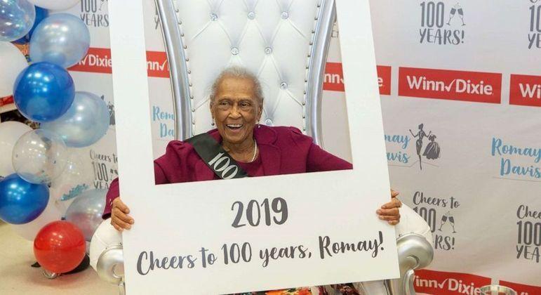 Todos os anos, os colegas de Romay fazem festa para celebrar sua longa vida