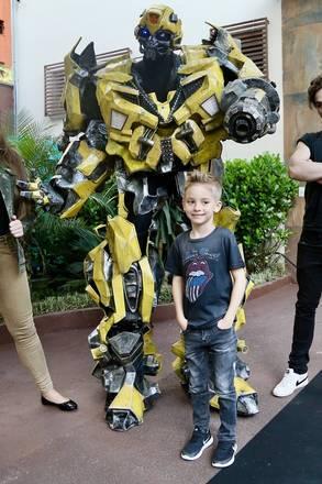 """Aficionado por aventura, o aniversariante escolheu o tema da franquia de filmes """"Transformers' como decoração da festa"""