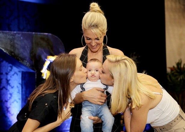As irmãs de Ana Hickmann, Fernanda e Isabel, também prestigiaram o aniversário de Alêzinho