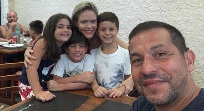 Isa, Gui e Manolis, abraçados por Renata, em 2019. À frente, Petros, pai de Manolis