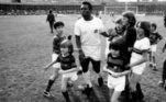 O Athletico-PR comentou: 'Hoje, o Atleta do Século completa 80 anos! Pelé sempre declarou seu carinho e admiração pelo Athletico e sua torcida. E será sempre uma referência para a nossa juventude. Parabéns, Rei!'