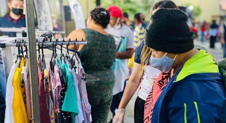 Programa social faz a doação de roupas