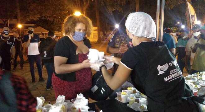 Anjos da Madruga ajudam as pessoas em situação de rua