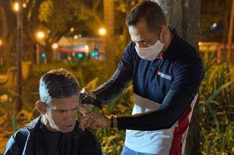 Voluntários ajudam também com roupas e corte de cabelo