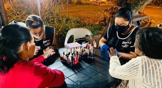 Voluntárias cuidam das unhas das mulheres em situação de rua