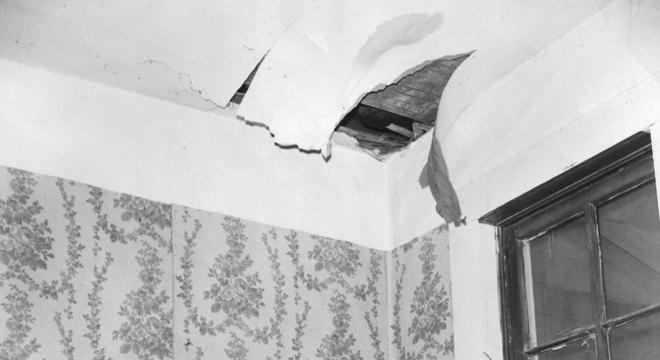 Ann Hodges segurando o meteorito que atravessou o teto de sua casa
