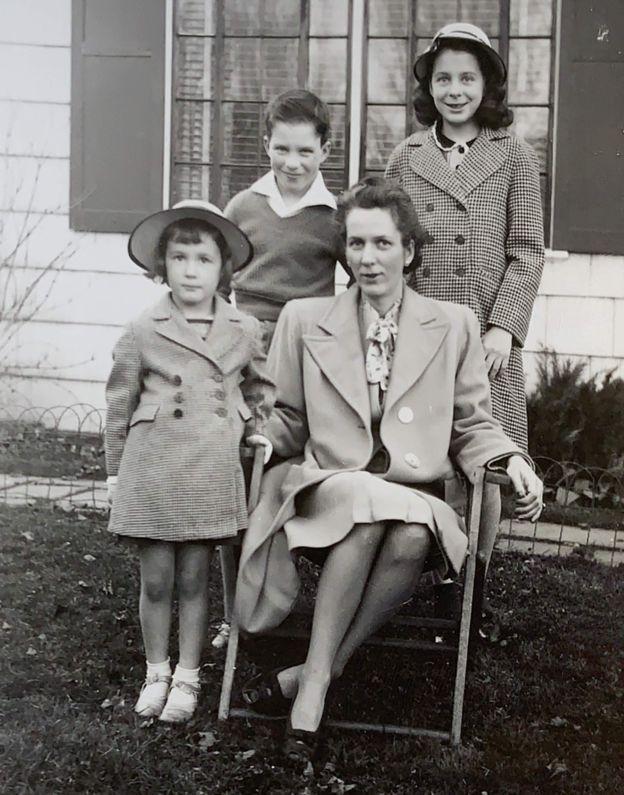 Jane Unkefer (à direita), Emily d'Aulaire e Richard Talbott com a mãe, Frances