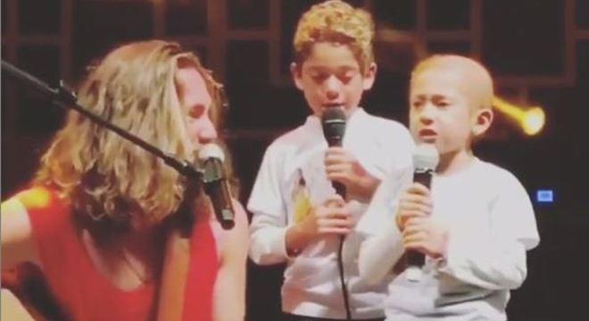 Anna Luiza se emocionou ao cantar música com Vitor Kley
