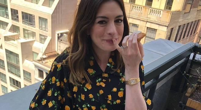 Anne Hathaway relata que Hollywood recomenda a ela 'perder peso' desde os 16