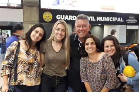 Anny com as filhas, marido e afilhada