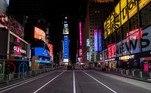 Local de uma das festas de Ano Novo mais tradicionais do mundo, a Times Square, em Nova York (EUA), ficou vazia devido ao toque de recolher imposto por causa da pandemia do novo coronavírus. Apenas um palco foi montado para um show de virada que será transmitido pela TV e internet