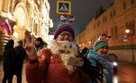 Em Moscou, na Rússia, algumas pessoas escolheram sair às ruas, mesmo em plena pandemia, para receber o novo ano