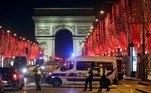 Sob toque de recolher por conta da pandemia, Paris proibiu aglomerações na região da Champs Elysées, onde fica o Arco do Triunfo. A polícia montou postos no tradicional ponto de festejos da capital francesa para garantir o cumprimento