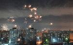 Os fogos de artifício tomaram os céus de Omsk, na Rússia, trazendo esperança por um 2021 melhor