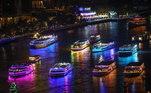 E, também em Bangcoc, na Tailândia, turistas escolheram passar o Réveillon dentro de barcos iluminados