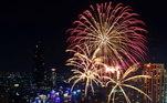 Em Bangcoc, na Tailândia, os céus brilharam com o espocar dos fogos de artifício para receber 2021