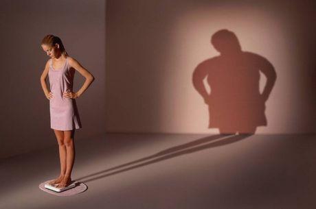 Um dos sinais da anorexia é que, mesmo magra, a pessoa acredita estar gorda