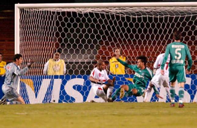 Antes de chegar à decisão, o São Paulo já tinha passado por outro brasileiro: o Tricolor eliminou o rival Palmeiras nas oitavas de final da Libertadores de 2006.