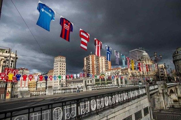 Antes disso, a La Liga já tinha realizado diversas ações com o mesmo intuito, projetando fotos, camisas e faixas de torcedores nas arquibancadas, além de sons característicos durante as partidas e camisas penduradas pelas cidades espanholas